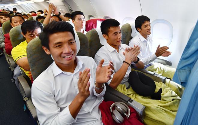 U23 Việt Nam đã đáp xuống Nội Bài trong vòng vây người hâm mộ-8