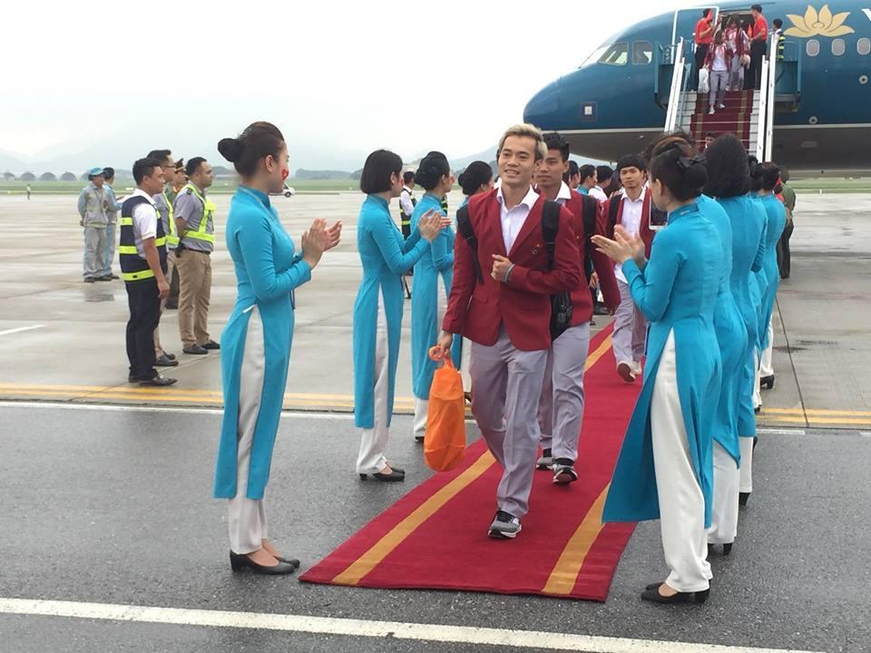 U23 Việt Nam đã đáp xuống Nội Bài trong vòng vây người hâm mộ-1