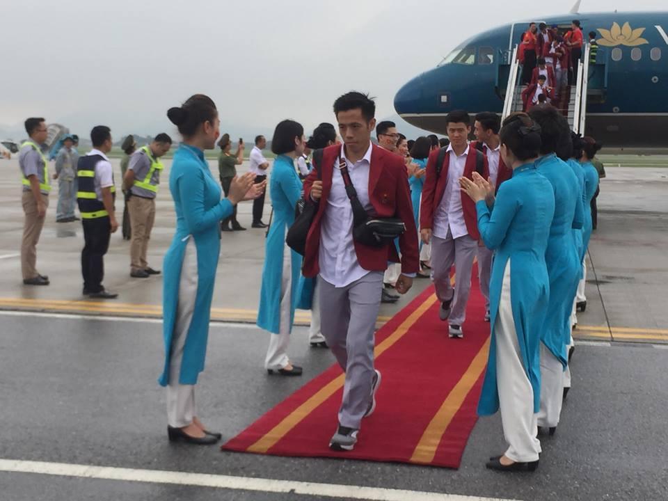 U23 Việt Nam đã đáp xuống Nội Bài trong vòng vây người hâm mộ-2