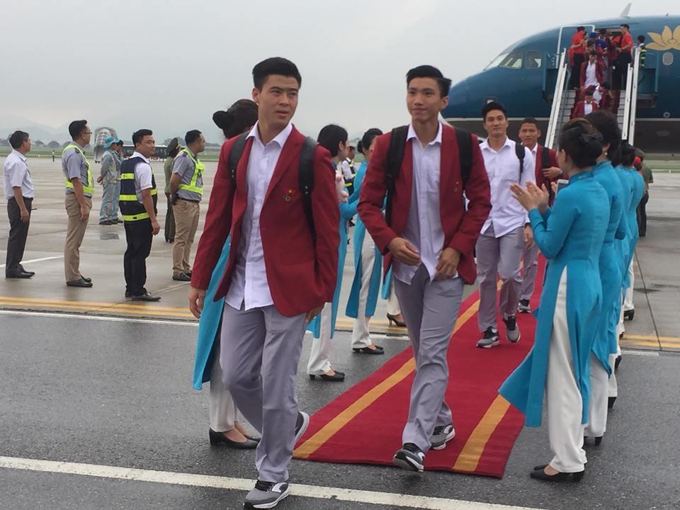 U23 Việt Nam đã đáp xuống Nội Bài trong vòng vây người hâm mộ-3