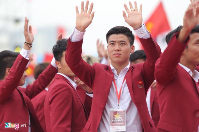 U23 Việt Nam lên sân khấu nhận hoa của Ban tổ chức-1