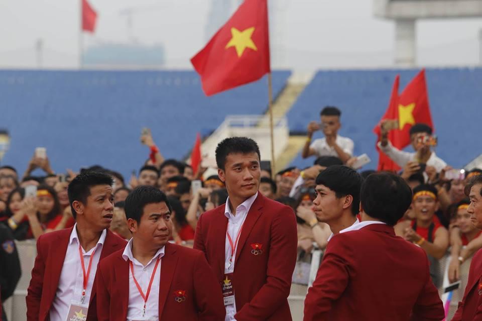U23 Việt Nam lên sân khấu nhận hoa của Ban tổ chức-3