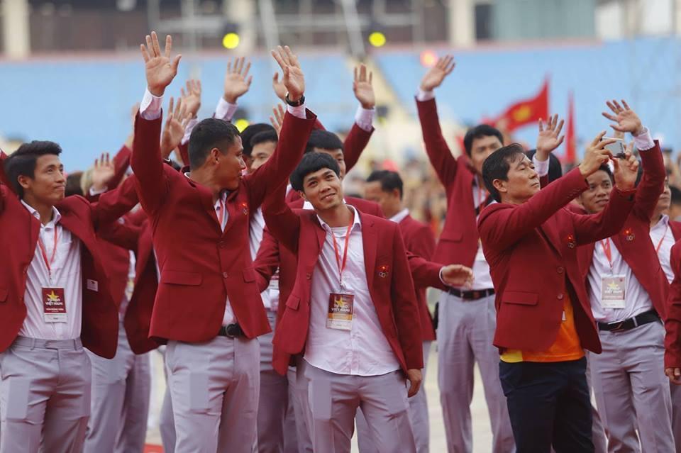 U23 Việt Nam lên sân khấu nhận hoa của Ban tổ chức-4