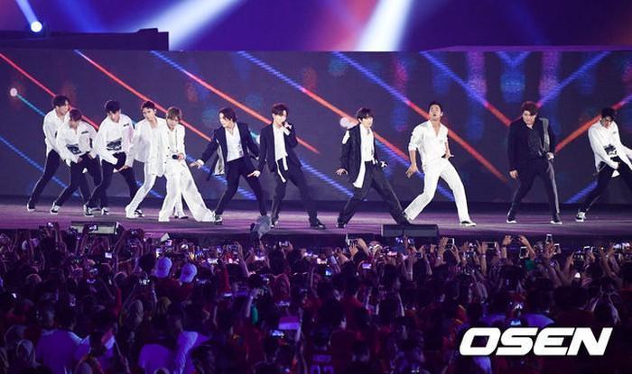 Hậu bế mạc ASIAD 2018: Fan của Super Junior bị xỉu - Dịch Dương Thiên Tỉ (TFBOYS) mệt mỏi, vội về nước nhập học-2