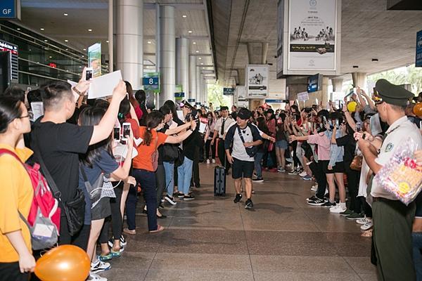 Dara (2NE1) trẻ trung bất ngờ ở tuổi 33, quay phim fan Việt ở sân bay-1