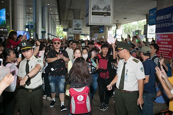 Dara (2NE1) trẻ trung bất ngờ ở tuổi 33, quay phim fan Việt ở sân bay-2