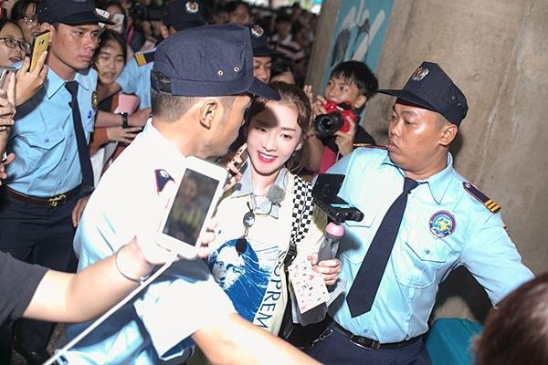 Dara (2NE1) trẻ trung bất ngờ ở tuổi 33, quay phim fan Việt ở sân bay-3