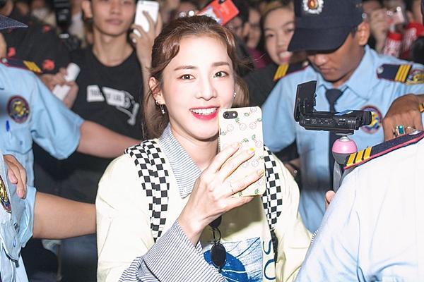 Dara (2NE1) trẻ trung bất ngờ ở tuổi 33, quay phim fan Việt ở sân bay-4