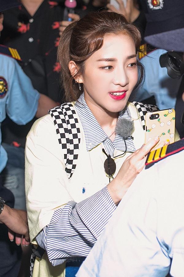 Dara (2NE1) trẻ trung bất ngờ ở tuổi 33, quay phim fan Việt ở sân bay-6