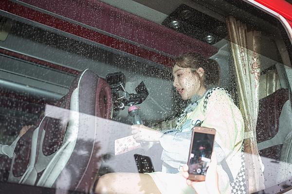 Dara (2NE1) trẻ trung bất ngờ ở tuổi 33, quay phim fan Việt ở sân bay-7