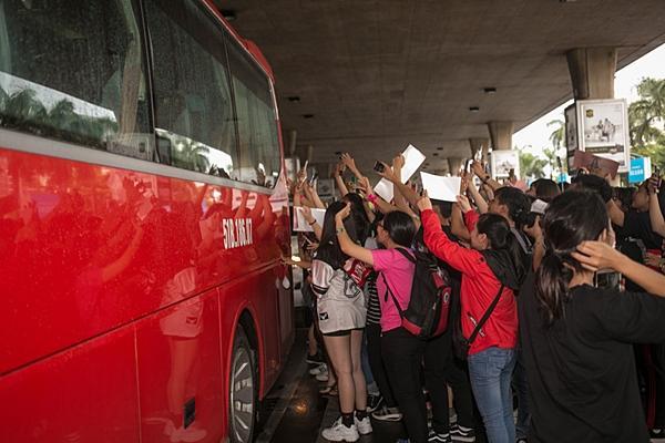 Dara (2NE1) trẻ trung bất ngờ ở tuổi 33, quay phim fan Việt ở sân bay-9