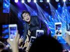 Hà Anh Tuấn bắt nhịp cho khán giả cùng hát bản karaoke quốc dân