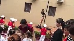 Trung Quốc: Trường mẫu giáo mừng khai giảng bằng... múa cột