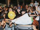 Chật vật lắm mới thoát vòng vây người hâm mộ, Hyomin vẫn nhiệt tình cười vẫy chào fan Việt