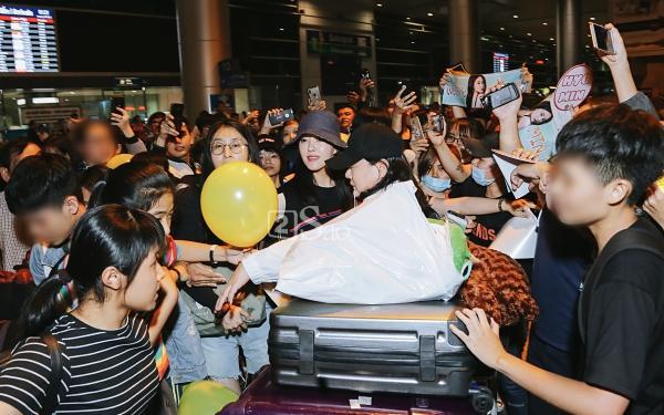 Chật vật lắm mới thoát vòng vây người hâm mộ, Hyomin vẫn nhiệt tình cười vẫy chào fan Việt-10