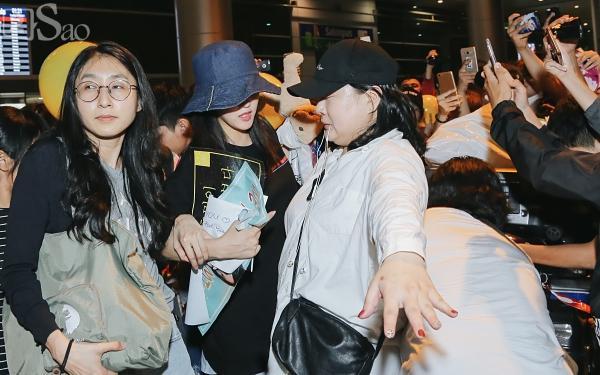 Chật vật lắm mới thoát vòng vây người hâm mộ, Hyomin vẫn nhiệt tình cười vẫy chào fan Việt-11