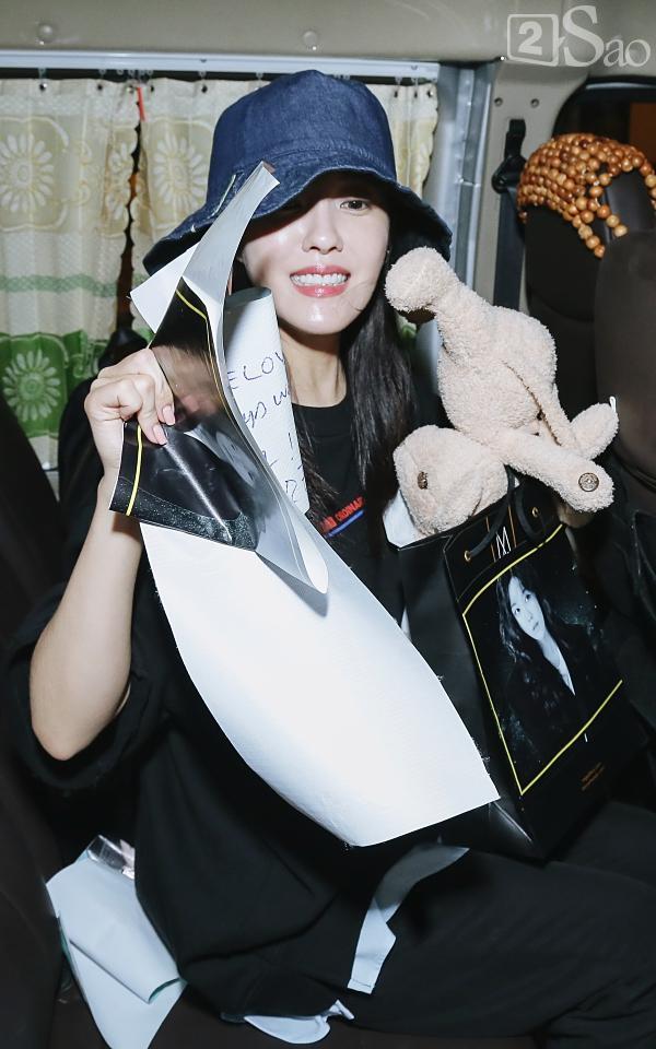 Chật vật lắm mới thoát vòng vây người hâm mộ, Hyomin vẫn nhiệt tình cười vẫy chào fan Việt-12