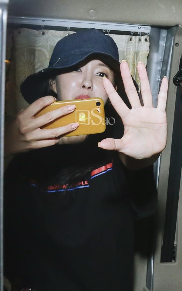 Chật vật lắm mới thoát vòng vây người hâm mộ, Hyomin vẫn nhiệt tình cười vẫy chào fan Việt-13