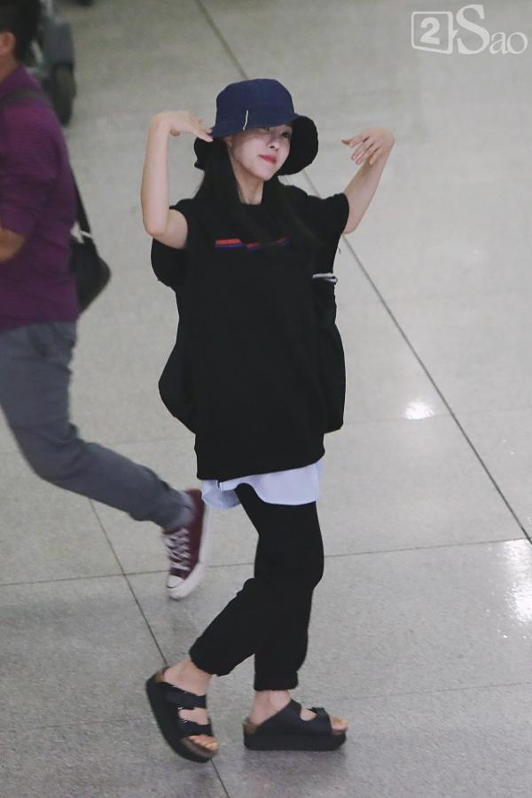 Chật vật lắm mới thoát vòng vây người hâm mộ, Hyomin vẫn nhiệt tình cười vẫy chào fan Việt-3