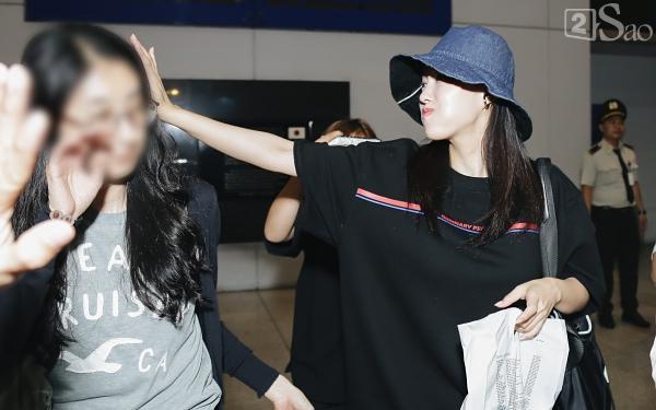 Chật vật lắm mới thoát vòng vây người hâm mộ, Hyomin vẫn nhiệt tình cười vẫy chào fan Việt-4