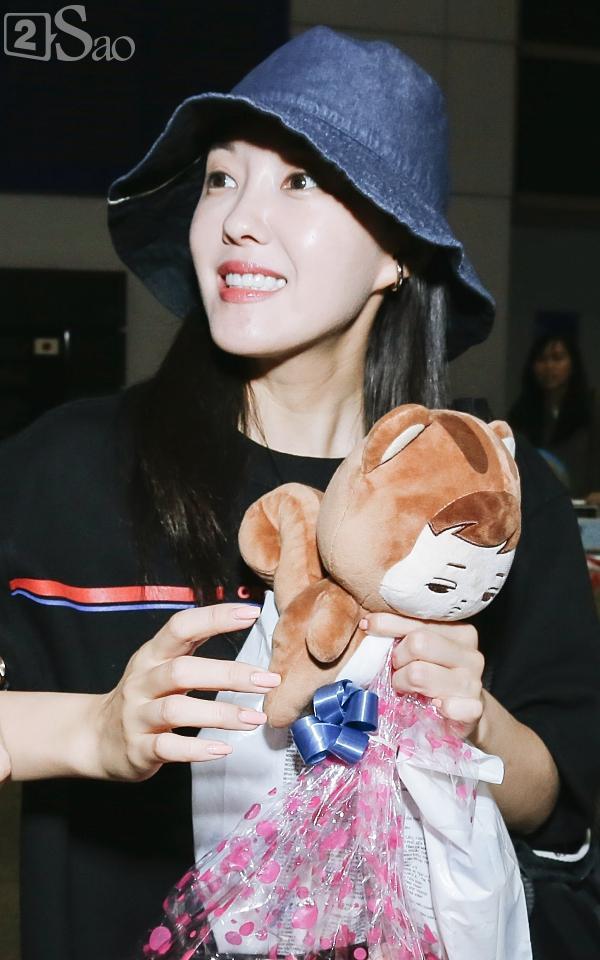 Chật vật lắm mới thoát vòng vây người hâm mộ, Hyomin vẫn nhiệt tình cười vẫy chào fan Việt-5