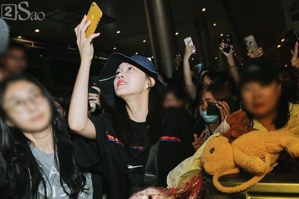 Chật vật lắm mới thoát vòng vây người hâm mộ, Hyomin vẫn nhiệt tình cười vẫy chào fan Việt-6