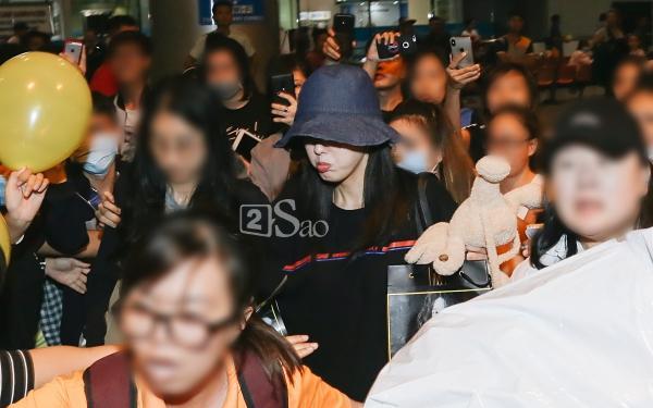 Chật vật lắm mới thoát vòng vây người hâm mộ, Hyomin vẫn nhiệt tình cười vẫy chào fan Việt-8