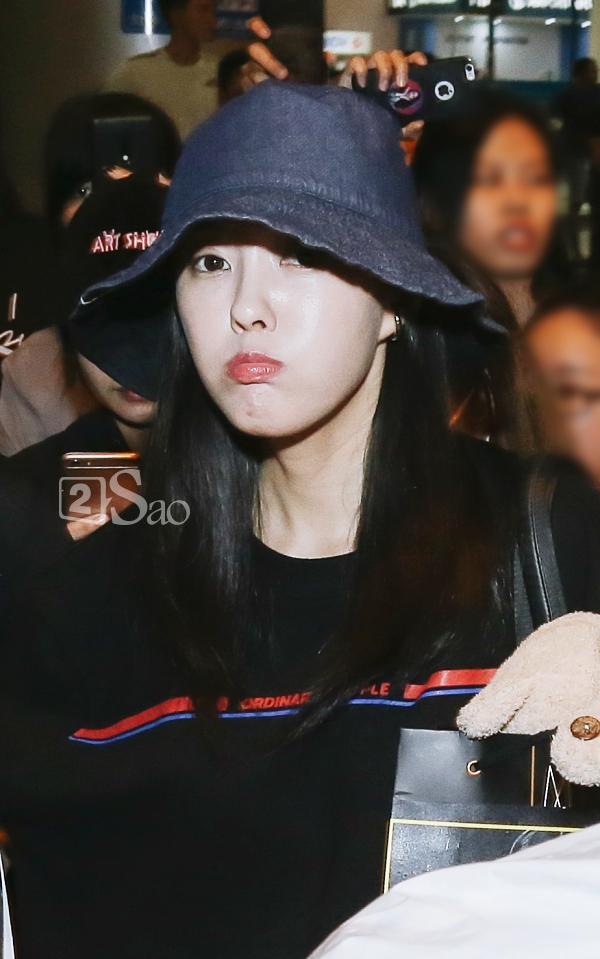 Chật vật lắm mới thoát vòng vây người hâm mộ, Hyomin vẫn nhiệt tình cười vẫy chào fan Việt-9