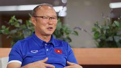 HLV Park lý giải hành động xoa đầu Son Heung-min khi bị 'nghe lỏm'