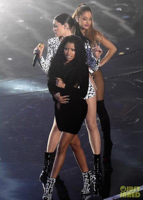 Nicki Minaj gặp sự cố lộ ngực trần khi đang biểu diễn-2