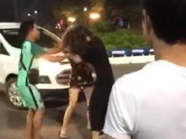 Đi đánh ghen một mình, cô gái bị tình địch đánh lại cho tơi tả