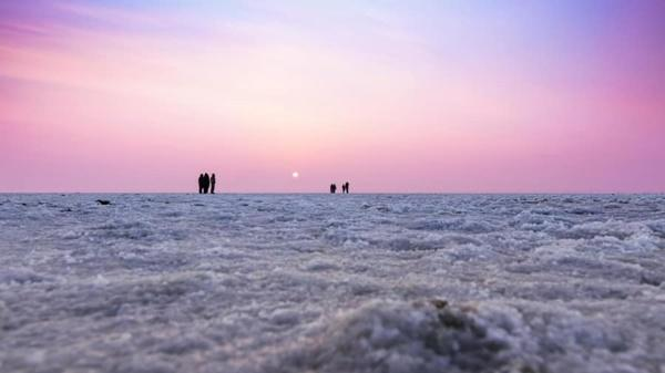 Sa mạc muối khổng lồ của Ấn Độ hút khách nhờ vẻ siêu thực-10