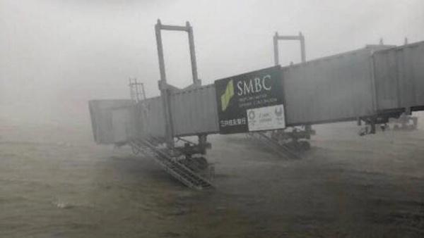 Video: Đường vào sân bay Nhật Bản bị tàu đâm sập trong bão Jebi-1