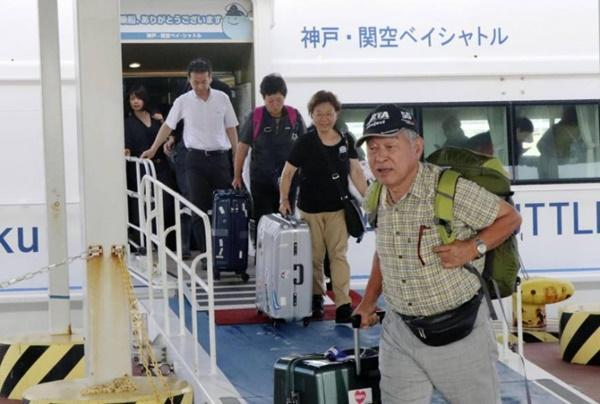 Video: Đường vào sân bay Nhật Bản bị tàu đâm sập trong bão Jebi-2