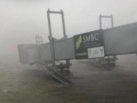 Video: Đường vào sân bay Nhật Bản bị tàu đâm sập trong bão Jebi