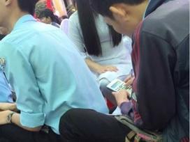 Nam sinh dự lễ khai giảng vẫn mang sách vở đi học bài