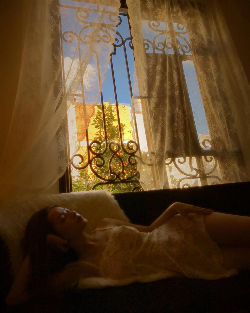 Chi Pu thả rông quằn quại trong đầm ren mỏng xuyên thấu, bắt chước gái hư Lolita khiến fan choáng váng-2