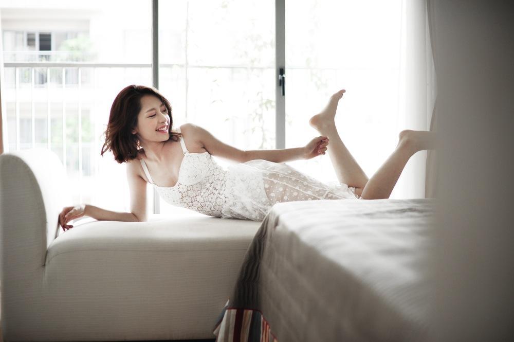 Chi Pu thả rông quằn quại trong đầm ren mỏng xuyên thấu, bắt chước gái hư Lolita khiến fan choáng váng-6