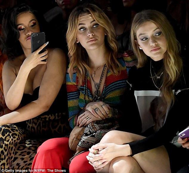 Paris Hilton mặc phản cảm khi đi xem thời trang-4