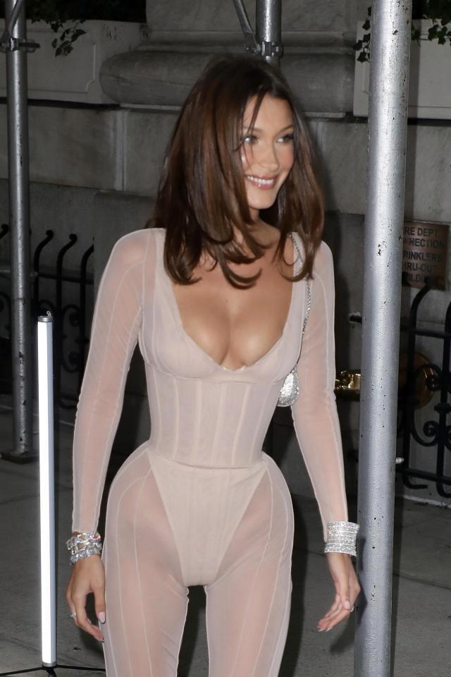Bella Hadid mặc quá táo bạo, Christina Aguilera thành thảm họa-1