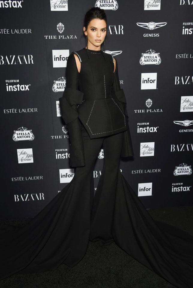 Bella Hadid mặc quá táo bạo, Christina Aguilera thành thảm họa-4