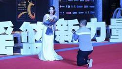 Hoa đán Trung Quốc hoảng sợ vì bị fan cuồng cầu hôn trên thảm đỏ