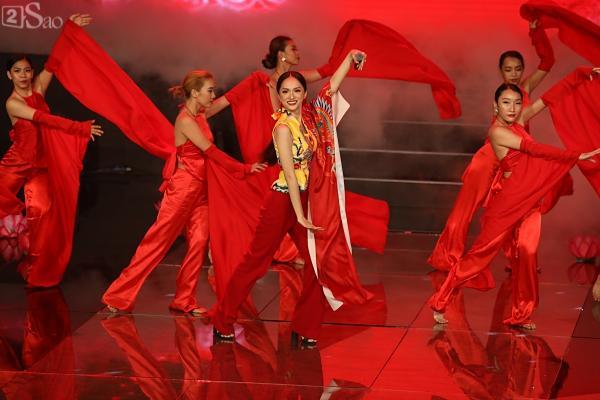 Hương Giang gầy gò trên sân khấu đêm Chung kết Siêu mẫu Việt Nam 2018-2