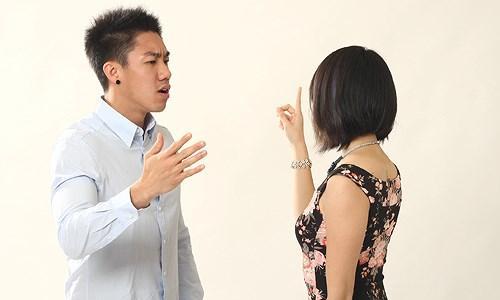 Bức xúc cô gái quỳ lạy năn nỉ anh trai mưa mua 2 cây son đắt tiền không được liền quay sang mỉa mai hèn gì anh ế là phải-2