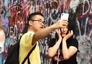 Cô gái gây cười khi dùng bạn trai làm công cụ chụp ảnh-1
