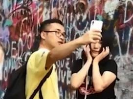Cô gái gây cười khi dùng bạn trai làm công cụ chụp ảnh