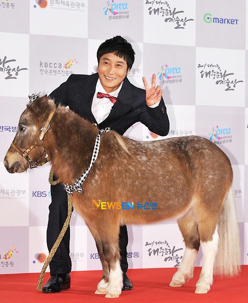 Ôm thú cưng lên thảm đỏ - xu hướng mới đánh gục sao Việt bất chấp chó hôi, ngựa hý-10