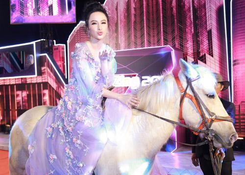 Ôm thú cưng lên thảm đỏ - xu hướng mới đánh gục sao Việt bất chấp chó hôi, ngựa hý-4