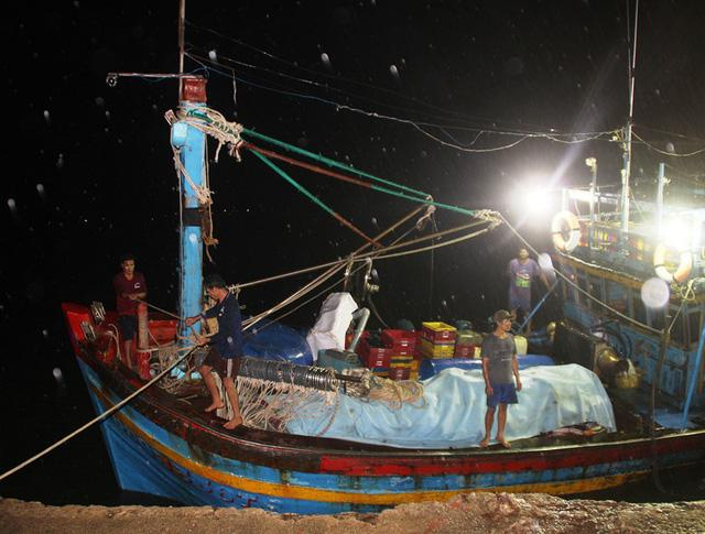 Bình Định: Tàu chìm, 10 ngư dân ôm can nhựa, cây gỗ chờ được cứu-1