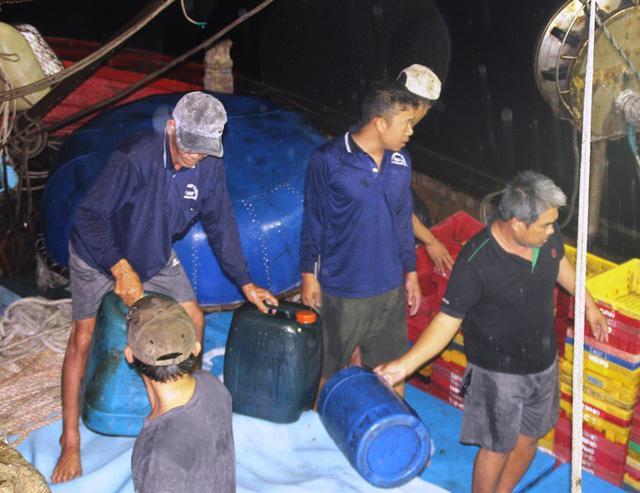 Bình Định: Tàu chìm, 10 ngư dân ôm can nhựa, cây gỗ chờ được cứu-2